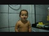 Maria Cantando No Banho
